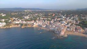 Metraggio sopra Costa Brava costiero, piccolo villaggio Calella de Palafrugell del fuco della Spagna stock footage