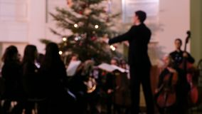 Metraggio vago - il conduttore di orchestra da camera controlla i musicisti durante il concerto video d archivio