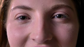 Metraggio vicino degli occhi verdi della bella giovane donna che esaminano macchina fotografica e femmina sorridente, felice e al video d archivio