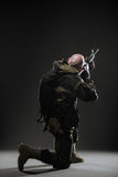Metralhadora da posse do homem do soldado em um fundo escuro Fotografia de Stock Royalty Free