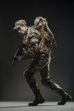 Metralhadora da posse do homem do soldado em um fundo escuro Imagens de Stock Royalty Free