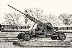 Metralhadora e trem antiaéreos no movimento, incolor fotos de stock