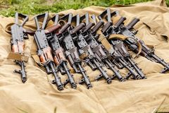 A metralhadora militar encontra-se na grama seca no campo fotos de stock royalty free