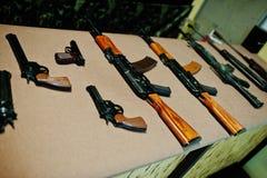 Metralhadoras e revólveres diferentes da arma na escala de tiro Imagens de Stock Royalty Free