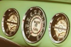 Metri del cruscotto di un'automobile d'annata di anni '50 Fotografie Stock Libere da Diritti