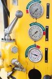 Metri o calibro nella cabina della gru per il carico massimo di misura, la velocità di motore, la pressione idraulica, la tempera Fotografia Stock