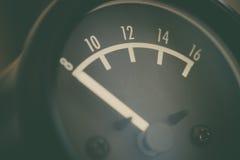Metro análogo de voltio del coche imagenes de archivo