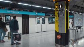 metro Metro Barcelona 02 05 19 Hiszpania Pasażery podróżuje w samochodzie czekaj na poci?g zbiory wideo