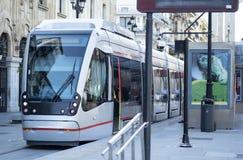 Metro bij een einde in de stad wordt geparkeerd die stock afbeelding