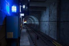 Metro borroso movimiento que viaja a través de un túnel subterráneo fotografía de archivo