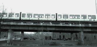 Metro boven de brug Zie Concrete brugbouw stock fotografie