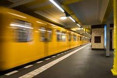 Metro de Berlin Subway subterrâneo - trem amarelo que se move - ninguém fundo fotografia de stock