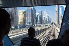 Metro de Dubai da opinião do trem foto de stock