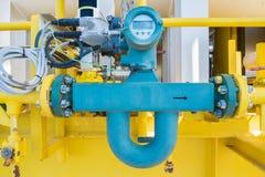 Metro de flujo de Coriolis o metro de flujo total para la medida de la cantidad de los líquidos del petróleo y gas fotos de archivo libres de regalías