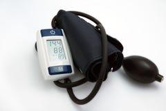 Metro de la presión arterial médico en el fondo blanco Imagen de archivo libre de regalías