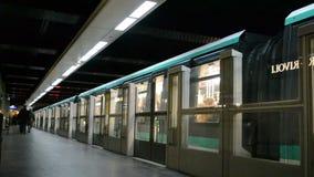 Metro de Paris (Metropolitain) em Paris, França, video estoque