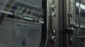 Metro de salida, visión desde adentro a través de puertas cerradas almacen de video