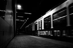 Metro in de tunnel stock afbeelding