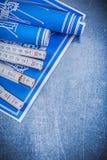 Metro di legno blu dei disegni di costruzione su fondo metallico m. Immagini Stock Libere da Diritti