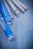 Metro di legno blu dei disegni di ingegneria su fondo metallico co Fotografia Stock Libera da Diritti