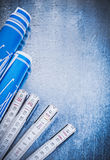 Metro di legno blu dei disegni di ingegneria sui Bu metallici del fondo Fotografia Stock