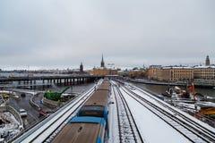 Metro, die auf die Brücke auf seiner Weise zum Stadtzentrum, umgeben von einer Bauarbeit überschreitet lizenzfreie stockfotografie