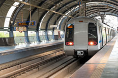 Metro die bij Dwarka-post in New Delhi India aankomen Royalty-vrije Stock Foto
