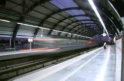 Metro, die hinter Station, Delhi laut summt stockfoto