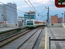 Metro, die in Medellin-Bahnstation, Kolumbien ankommt stockbilder