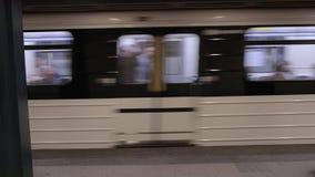 Metro, die Station verlässt stock footage