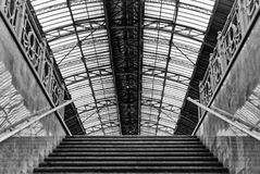 Metro dostęp dworzec fartuchy Lviv, Ukraina Projekt jest jednakowy dworzec w Mediolan, Włochy Ea fotografia stock