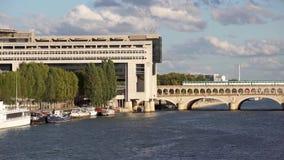 Metro en Frans Ministerie voor de Economie en de Financiën - Parijs stock video