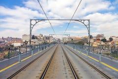 Metro kolejowi ślada i elektryczni kable na Dom Luis przerzucam most Obraz Stock