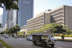 Metro manila Filipinas da avenida de Jeepney ayala fotos de stock royalty free