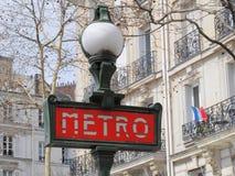 Metro (metro) podpisuje wewnątrz Paryż Zdjęcia Royalty Free