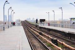 Metro metrobrug over de rivier Dnieper, Kiev, Ukrain stock afbeelding
