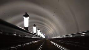 metro Monte a escada rolante após as lâmpadas trilhos Luzes não ofuscantes video estoque