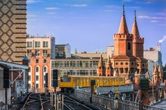 Metro nad mostem w Berlin przy wschód słońca obraz stock