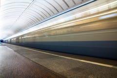 Metro no movimento que chega na estação imagens de stock royalty free
