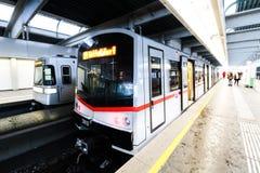 Metro nuevo y viejo en la estación de tren de la ciudad Heiligenstadt en Viena Fotos de archivo