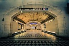 Metro nuevo y viejo en la estación de tren de la ciudad Heiligenstadt en Viena Foto de archivo libre de regalías