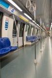 Metro oder untertägiger moderner Zug nach innen Stockbilder