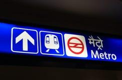 Metro metro ondergrondse signage New Delhi India royalty-vrije stock afbeelding