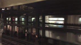 Metro opuszcza stację w Manhattan zbiory
