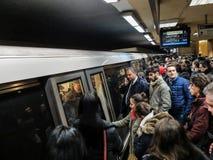 Metro over menigtetreinen en posten Stock Fotografie
