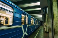 Metro pociąg przyjeżdża przy stacją tło plama zamazywał chwyta frisbee doskakiwania ruch Transport, metro Obrazy Stock