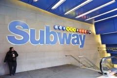 Metro podpisuje wewnątrz times square zdjęcia royalty free
