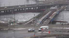 A metro-ponte Gamla Stan Tunnelbanabron e intercâmbio do tráfego, Éstocolmo vídeos de arquivo