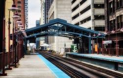 Metro post door gebouwen bij de Lijn - Zacht en Korrelig Artistiek Effect wordt omringd - Chicago, CHI, Illinois dat stock foto