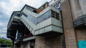 Metro post met de rivier Berlijn van de graffitifuif royalty-vrije stock fotografie